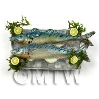 2 Dolls House Miniature Blue Silver Fish On A Tray (FSHT13)